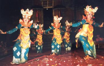 Breathtakingly-beautiful-dancers-in-Ubud-Bali-Indonesia-Legong-Dance