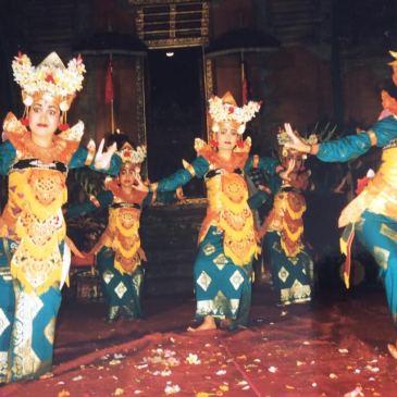 Breathtakingly-beautiful-dancers-in-Ubud-Bali-Indonesia-Legong-Dance