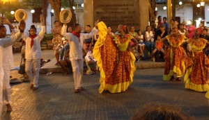 Dancers-Plaza-Bolivar-Cartagena-Colombia